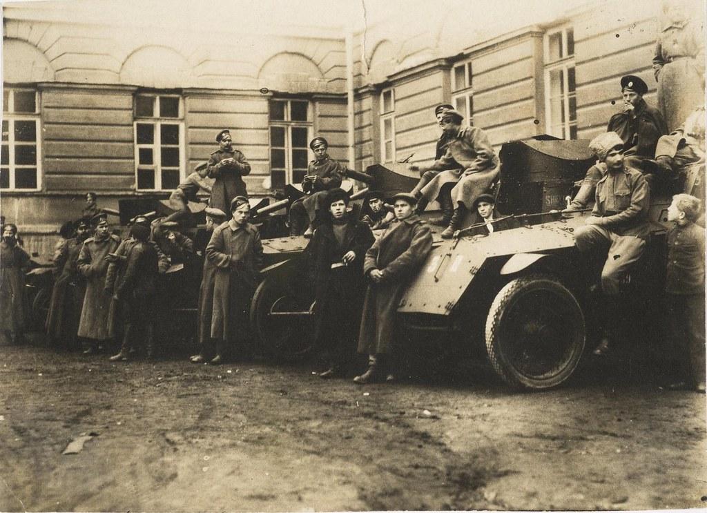 Автобронедивизион, присоединившийся к войскам Военно-революционного комитета, по прибытии в Смольный. 24 октября