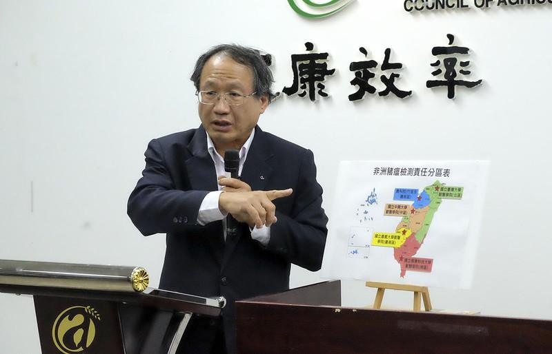 農委會副主委黃金城表示,跨國快遞都會運到桃園國際機場,經過X光或檢疫犬偵測,可統一控管(攝影/林慧貞)
