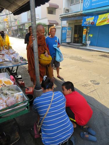 バンコク市内を托鉢する僧侶