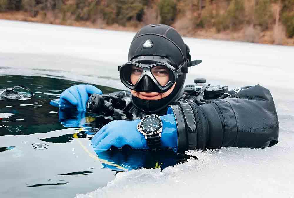 Panerai_Luminor_Submersible_diver_wrist_1000