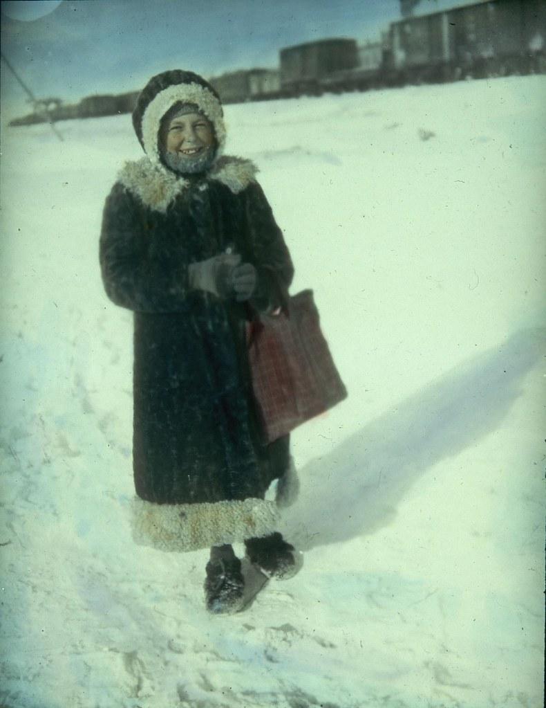 Школьница, одетая по зимнему