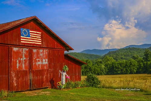 scrarecrow scarecrow barn red redbarn rural country landscape flag americanflag sky weather clouds cloudy bluesky mountains trees field rollingfield nature americana farm farming andrews northcarolina usa