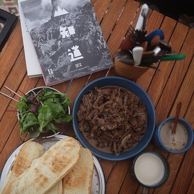 20181117 時晴時雨 雲海陪伴的早餐 #歐北露 #ilovecamping #campingbreakfast #草地上的餐桌