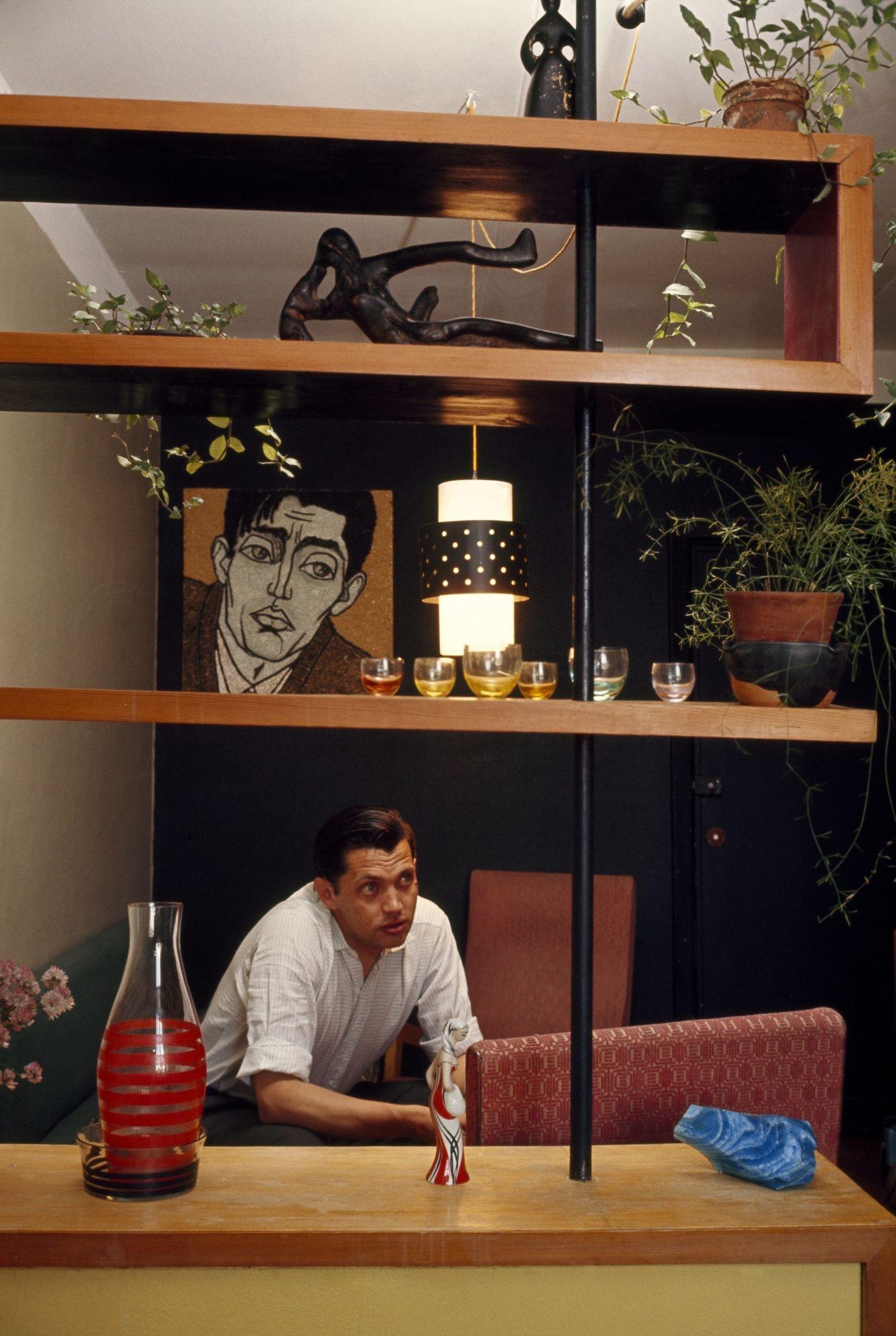 1964. Андрей Вознесенский у себя дома