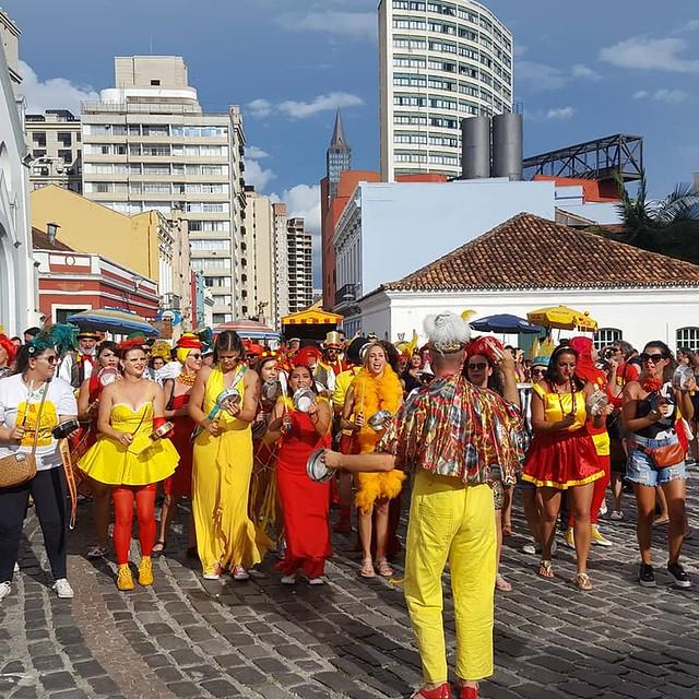Bloco Garibaldis e Sacis sobe o  Largo da Ordem, no centro histórico de Curitiba.  - Créditos: Ana Caldas