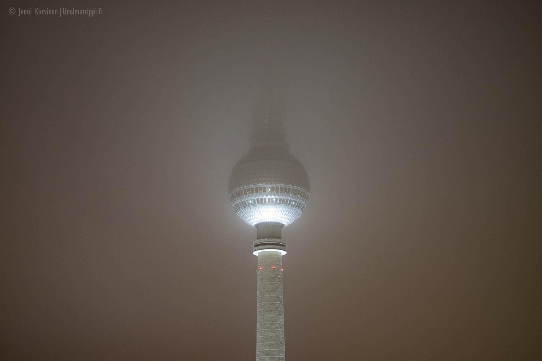 Berliinin televisiotornin huippu Park Inn Berlin -hotellin näköalatasanteelta katsoen sumuisella säällä