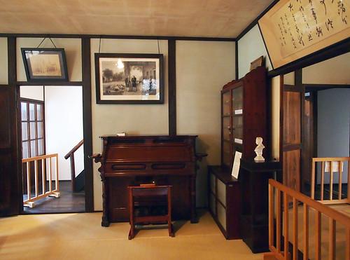 新島旧邸_応接間のピアノ