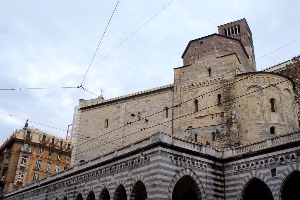 Eglise romanesque Santo Stefano depuis l'avenue XX Settembre à Gènes.