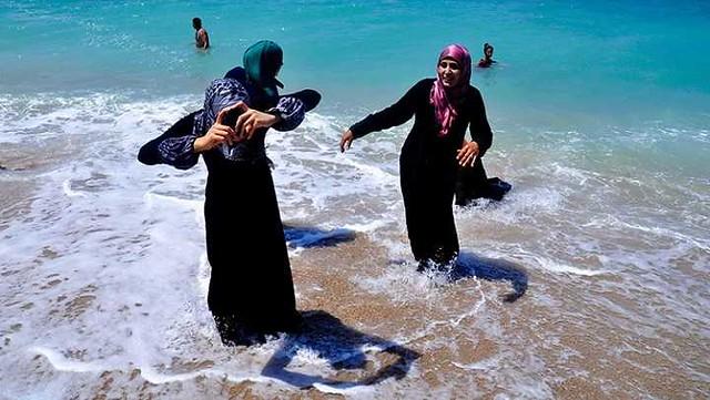 1223 Do women have to wear a Burqini (Bikini) for swimming in Saudi Arabia 04