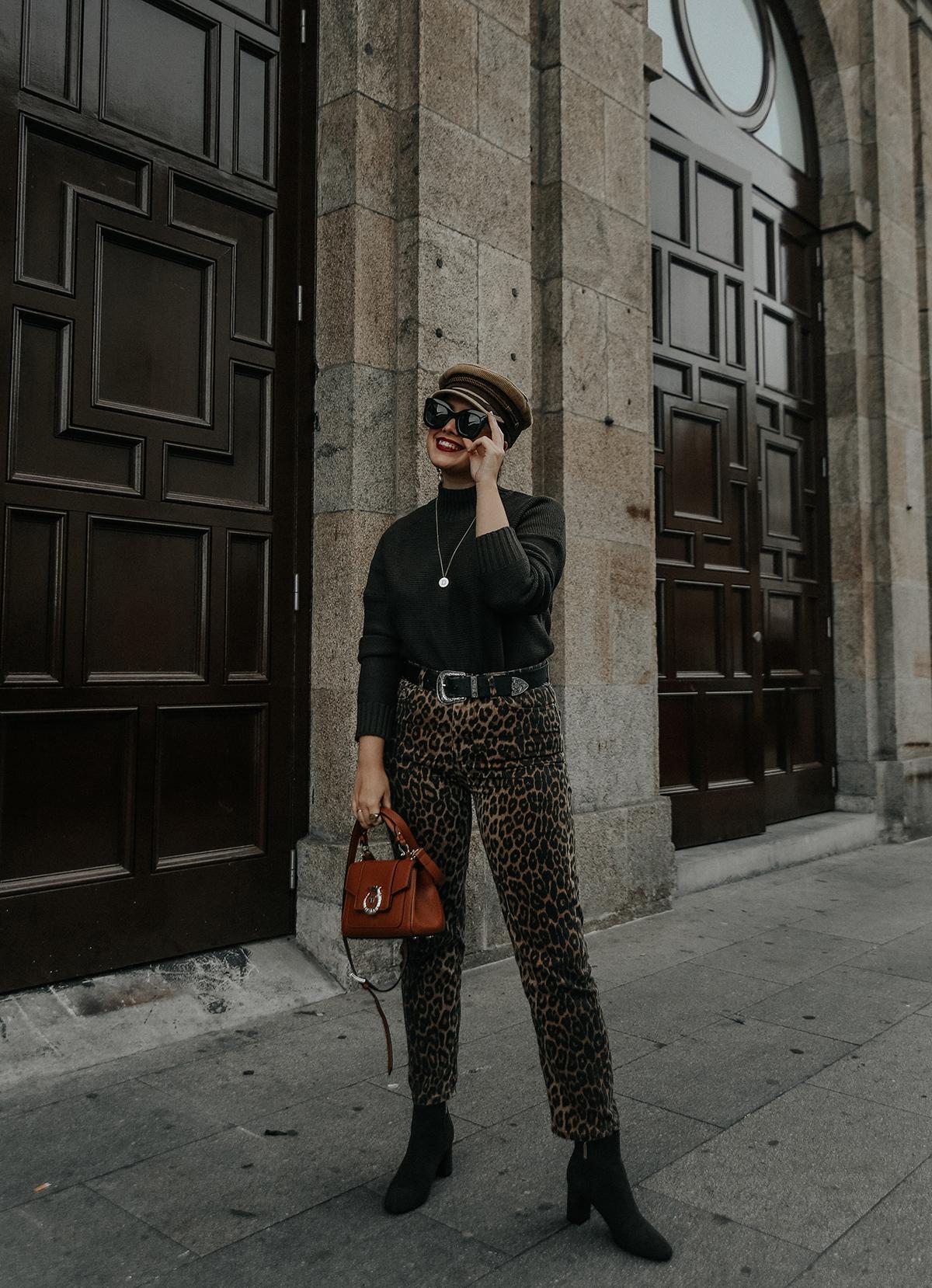 pantalones-leopardo-look-botines-ysl-streetstyle3