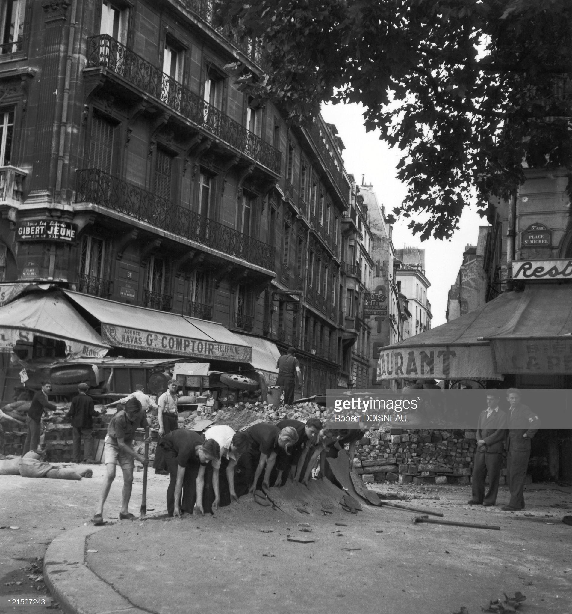 1944. Строительство баррикад на улице Юшетт