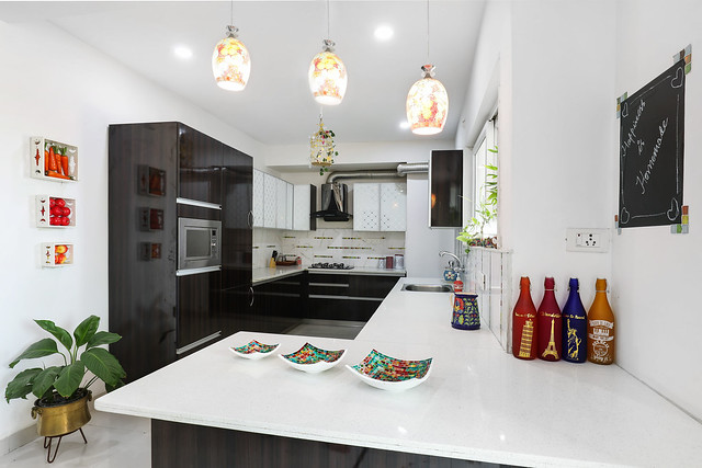 A contemporary kitchen with quartz countertop and marble backsplash