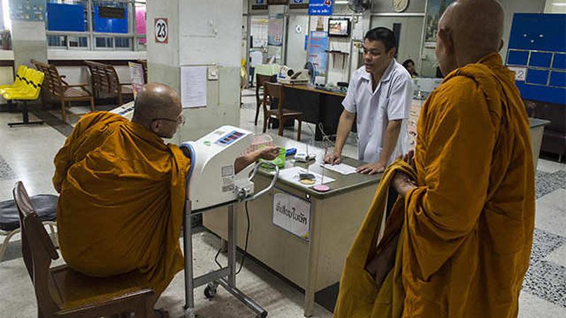 Seorang bhikkhu melakukan pengecekan kesehatan di rumah sakit pemerintah di Bangkok, Thailand, pada 12 November 2018.