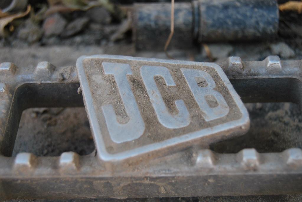На ступеньках — фирменный знак JCB