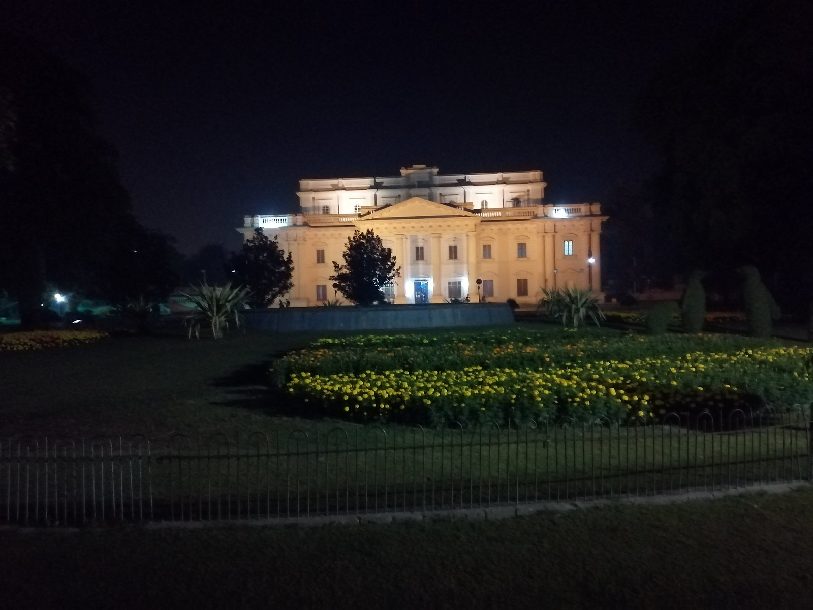 Picture at night with auto mode on Huawei Y9 2019