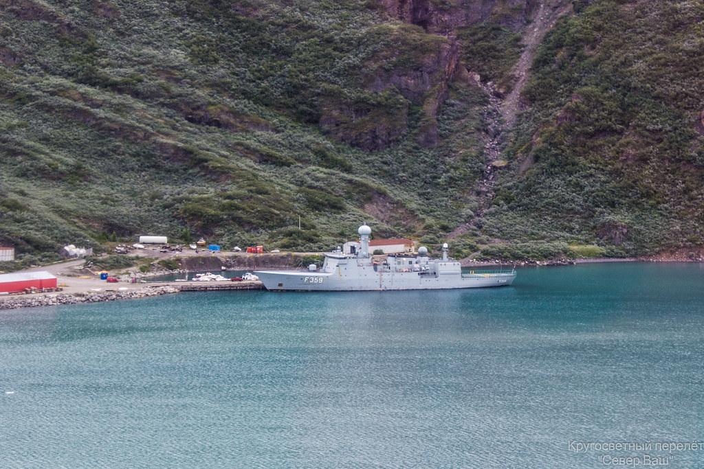 HDMS Vdedderen (F359)   - Датское океанское патрульное судно.  Спущено на воду в 1990г. Водоизмещение 3500 тонн, вооружение 1 х 76 мм, 62 кал. ОТО Мелара Супер Рапид ДП7 х 12,7 мм тяжелых пулеметов 4 легких пулемета 7,62 мм легкая торпедная установка  MU90 для борьбы с подводными лодками. На данном патрульном судне базируется один вертолёт Sikorsky MH-60R - в кормовой части корабля видна вертолётная площадка и ангар.