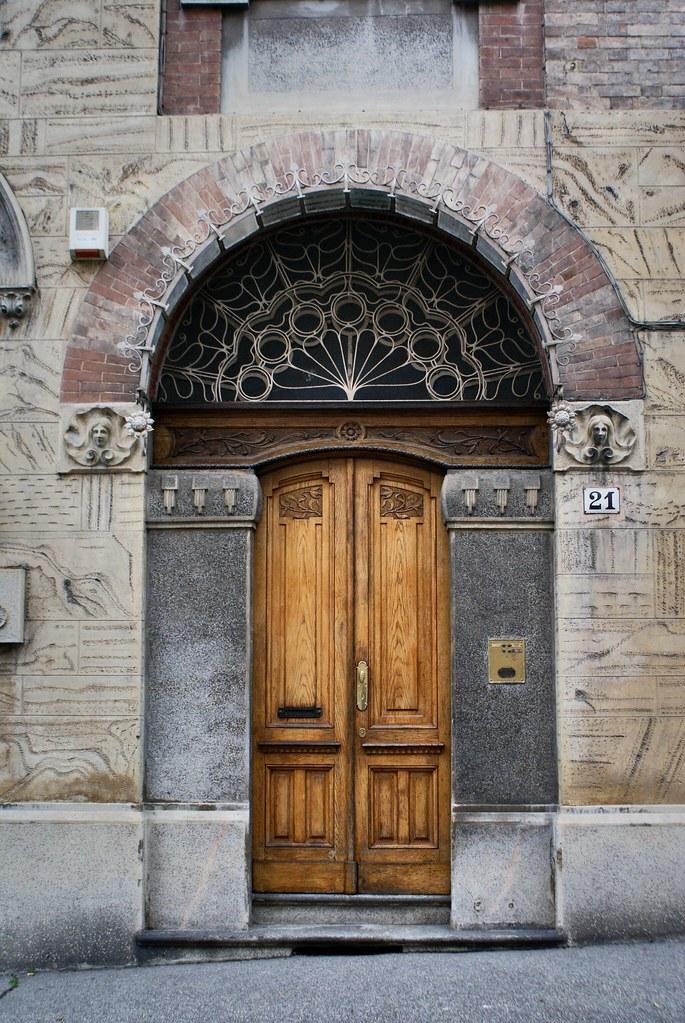 Porte art nouveau du quartier de Borgo Po à Turin.