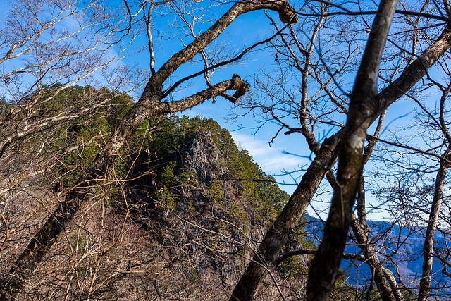 あの岩場が鶏冠神社(鶏冠山)