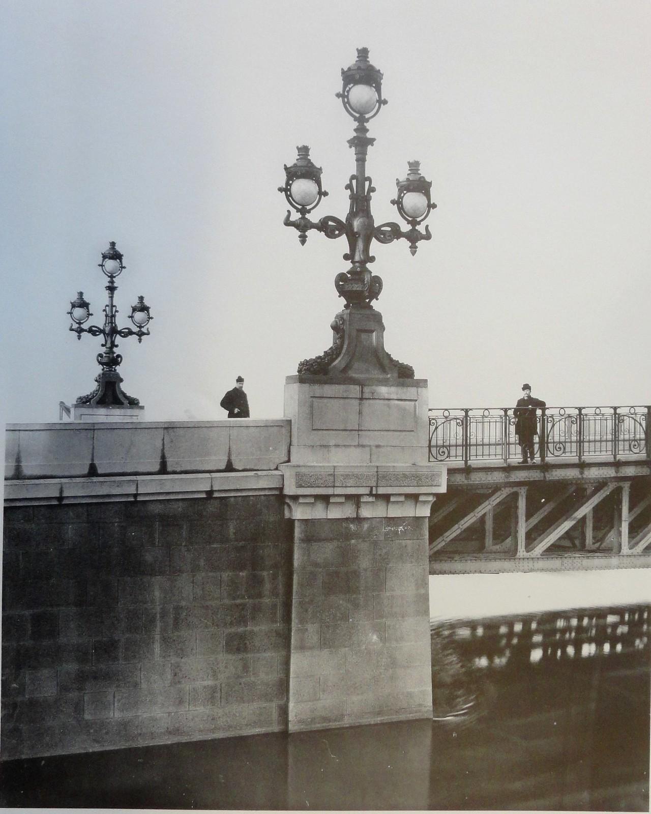1903. Левый устой, поддерживающий фермы поворотного моста. Март