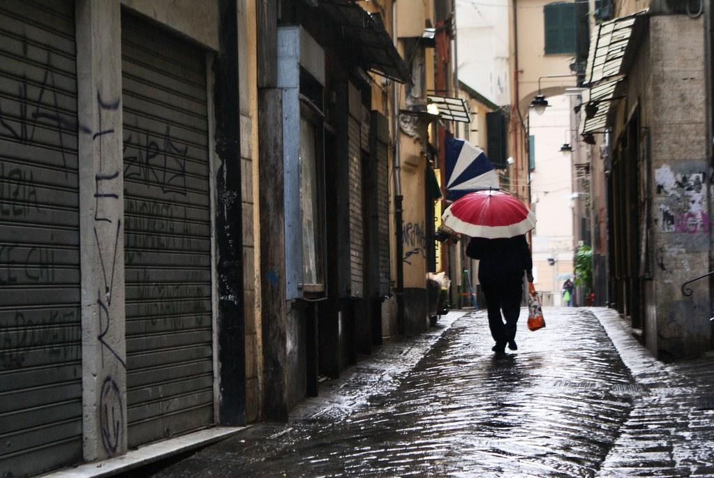 Pavé luisant sous la pluie à Gènes.