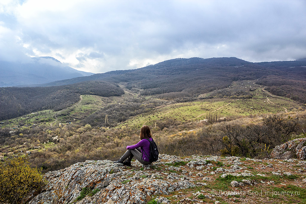 вид на горы со скалы в крепости Фуна