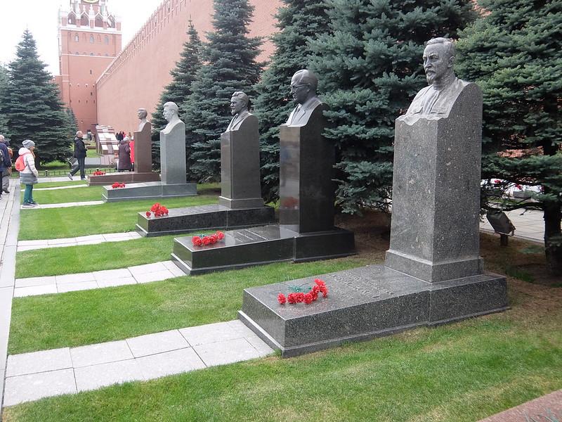 Москва - Бюсты у кремлевской стены