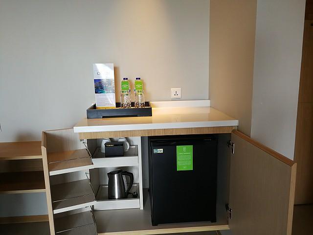 <p>冷蔵庫とグラス、カップ、ケトルなど</p>