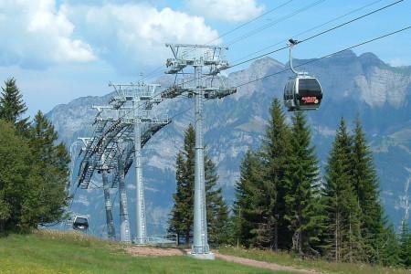 Flumserberg se nachází ve východním Švýcarsku v kantonu St. Gallen a na švýcarské poměry se řadí spíše k větším lyžařským střediskům. Najdeme zde také několik zajímavých lanovek, které si představíme ve dvoudílné repo...