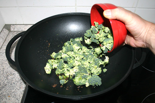 32 - Broccoli in Wok geben / Put broccoli in wok