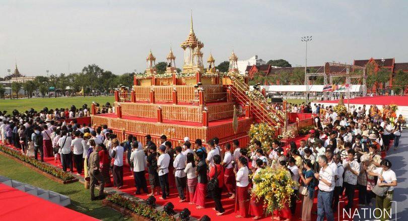 Ratusan umat Buddhis melakukan pradaksina mengelilingi relikui dan rupaka Sri Buddha dari 13 negara, Sabtu (29/12/2018)