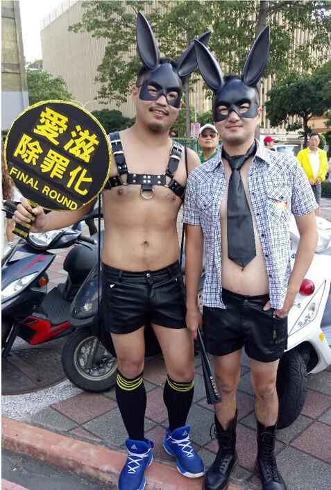 遊行中民眾透過標語、裝扮表達想法。圖/祝嘉敏攝 2