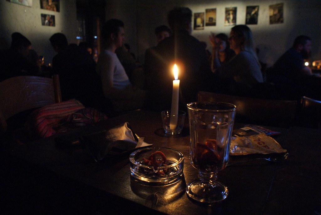 Ambiance mystique dans le bar Alchemia dans la quartier de Kazimierz à Cracovie.