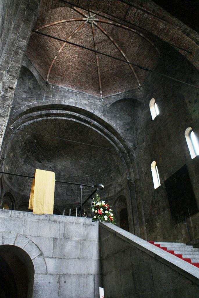 Autel de l'église romanesque Santo Stefano à Gênes.