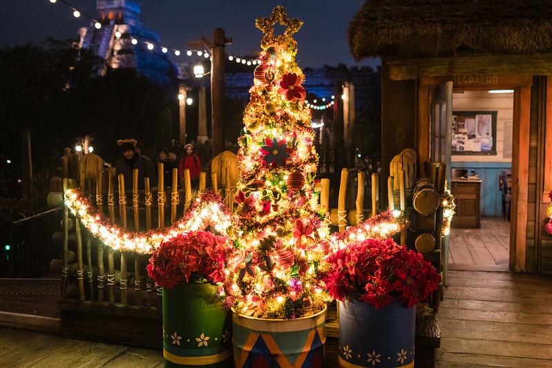 ミステリアスアイランドのクリスマスツリーと夜景