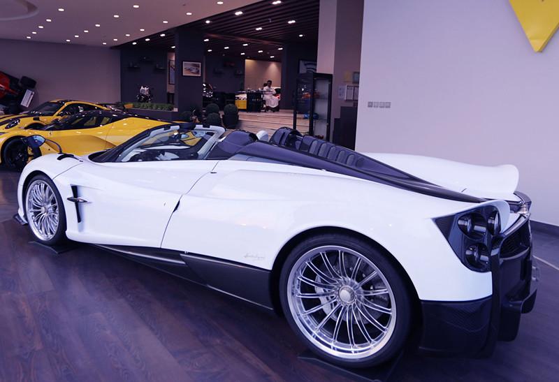 4c9560a3-pagani-huayra-roadster-for-sale-9