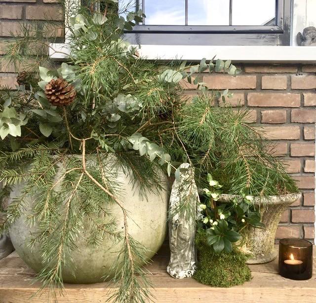 Kruik op tafeltje kerst voordeur