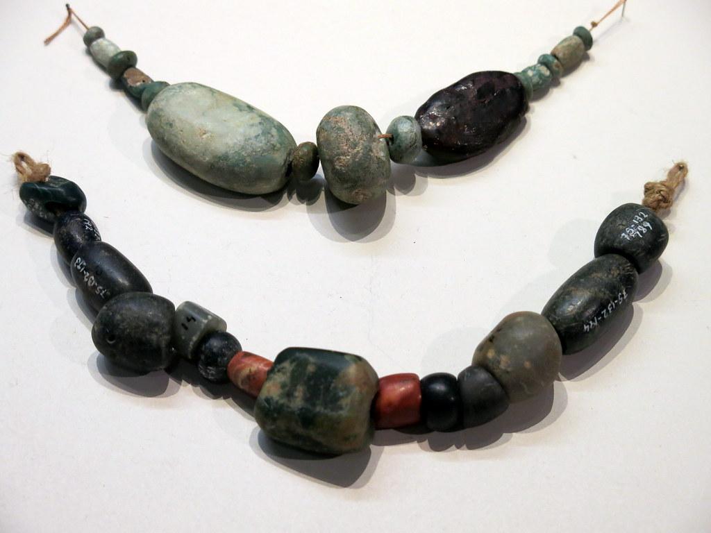 Prehistoria: cuentas de variscita y ámbar de varios yacimientos
