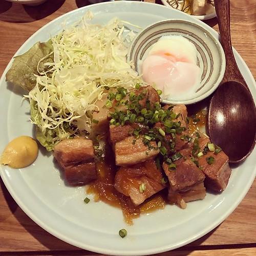 ふらっと入った西荻もがめ食堂。吉祥寺もがめ食堂がいつも行列になったから、うれしい!夜も定食あり、お上品な量ではなく、がっつりがうれしい昭和テイストな定食屋さん。角煮定食 1080円 私的には古本屋ねこの手書店の並び #西荻 #西荻窪 #定食 #ランチ #nishiogikubo #tokyo #japan #西荻もがめ食堂 #もがめ食堂