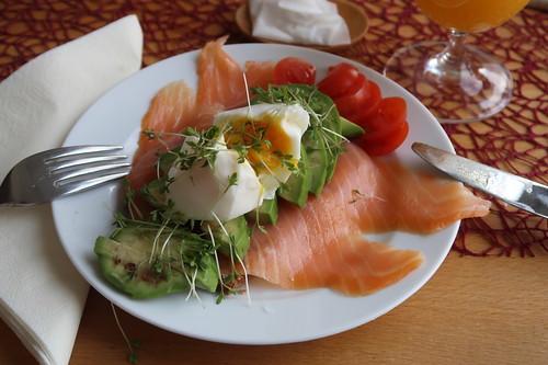 Vollkornbrot mit Bio-Lachs, Avocado und pochiertem Ei