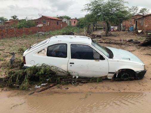 Chuva forte alaga ruas, inunda casas e deixa rastro de destruição em Santaluz