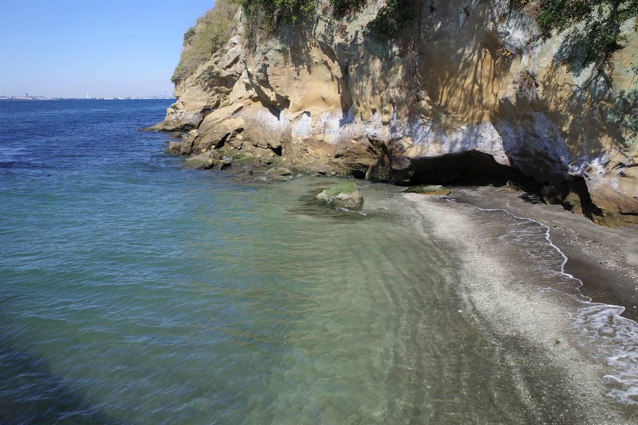 猿島 砂浜と岩壁
