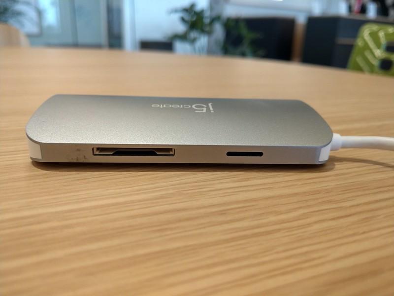 左からSDカードスロット、microSDカードスロット