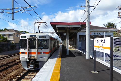 武豊駅。愛知県最古の鉄道路線だが、2015年に電化されたばかりで、架線柱が真新しい。