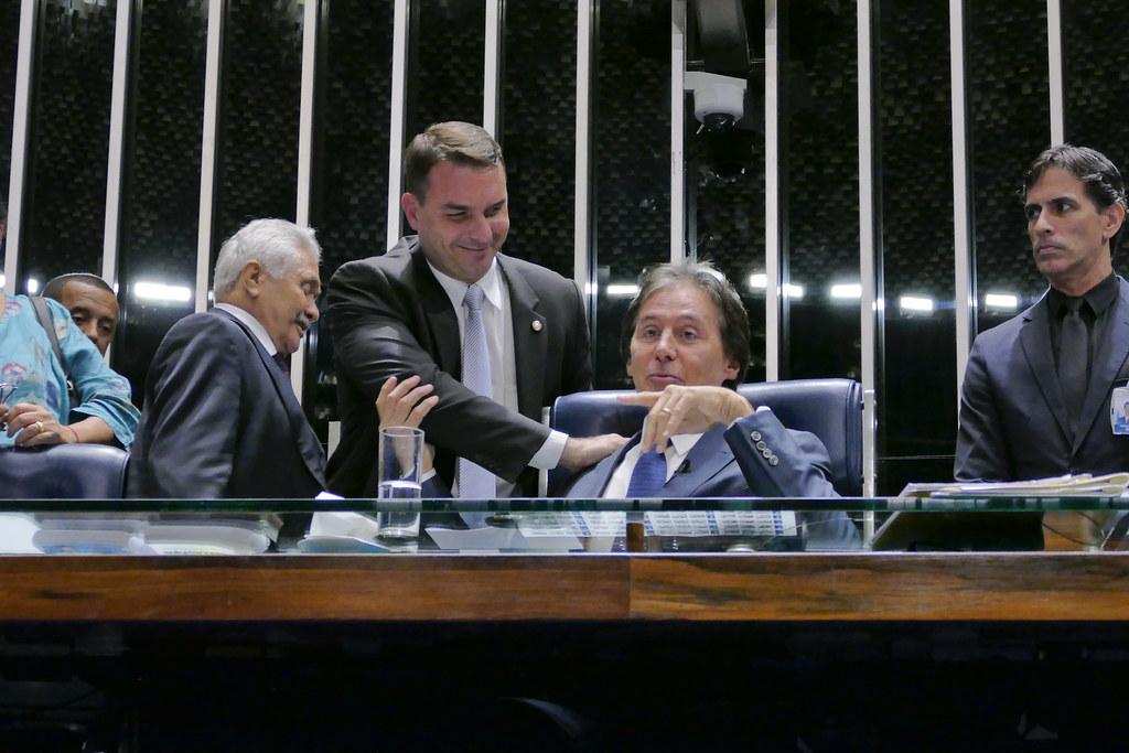 Filho de Bolsonaro não responde a convite do MP para prestar depoimento, Plenário do Senado