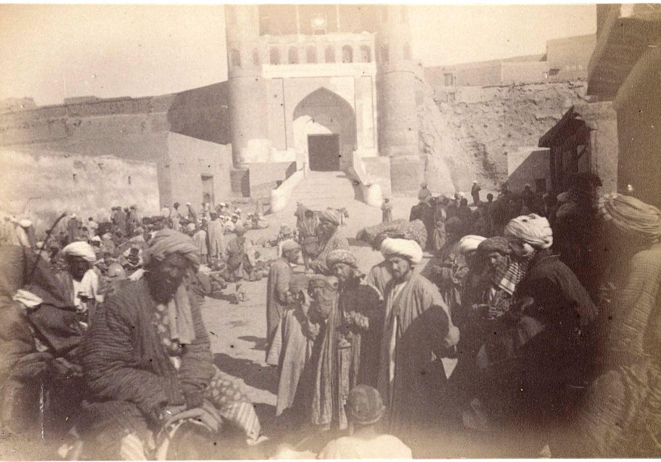22. Бухара. Толпа у входа во дворец эмира