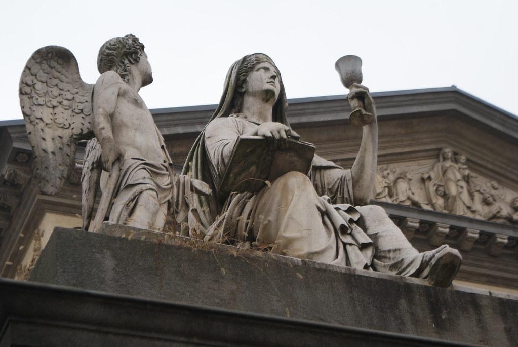 Une des statues devant l'église Gran Madre di Dio à Turin.