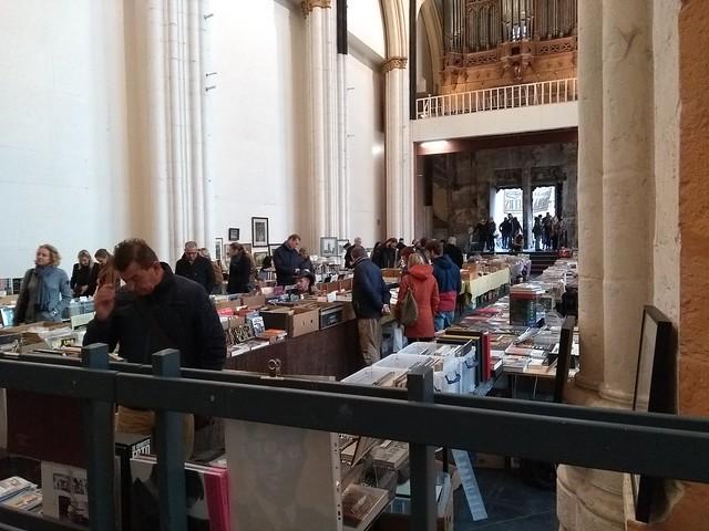 Libros de segunda mano en una antigua iglesia en Gante