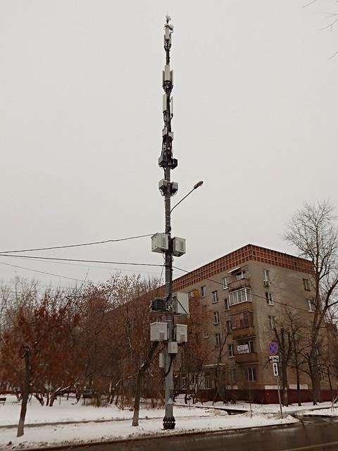Техника - фонарный стол увешан оборудованием интернет-компаний и мобильных операторов | HoroshoGromko.ru