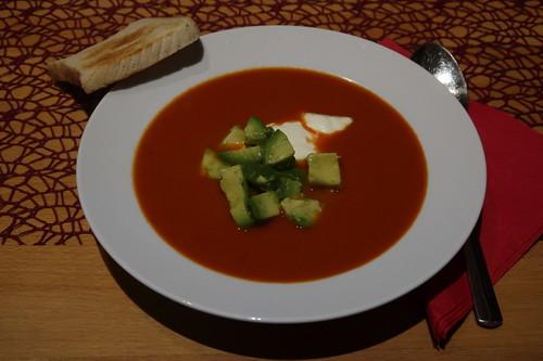 Tomaten-Chili-Suppe mit Avocado und Toast (mein 1. Teller)
