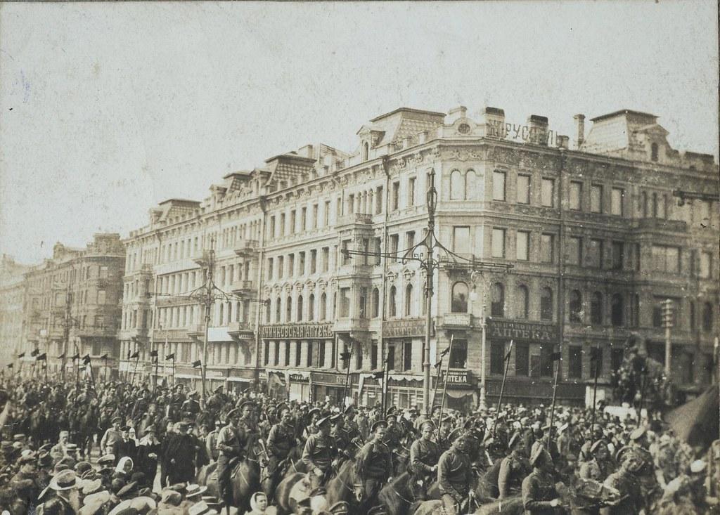 Казачья часть, прибывшая для подавления демонстрации на Невском проспекте. Июль.